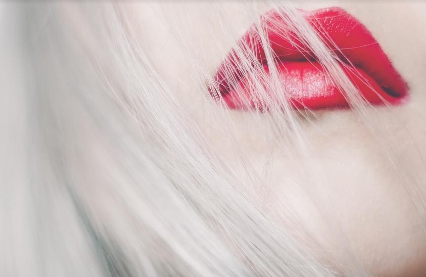 Roter Mund von blonder Dame